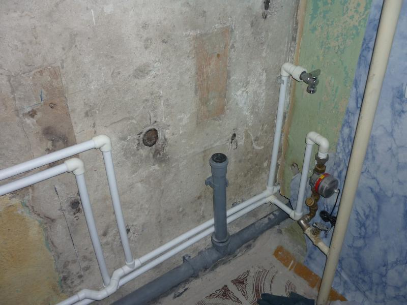На фото показано проведение труб при ремонте квартиры