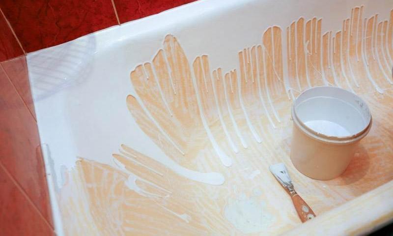 Нанесение жидкого акрила на ванну