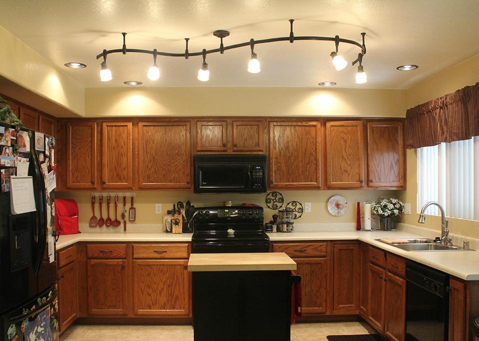 На фото показаны потолочные светильники