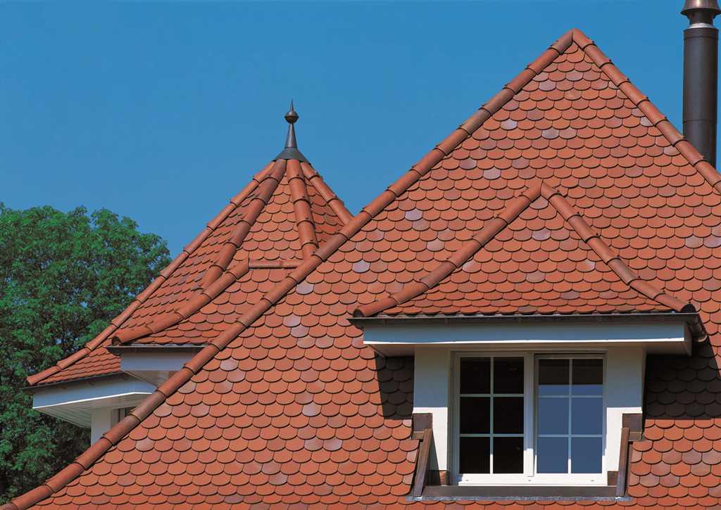 На фото показана крыша частного дома.