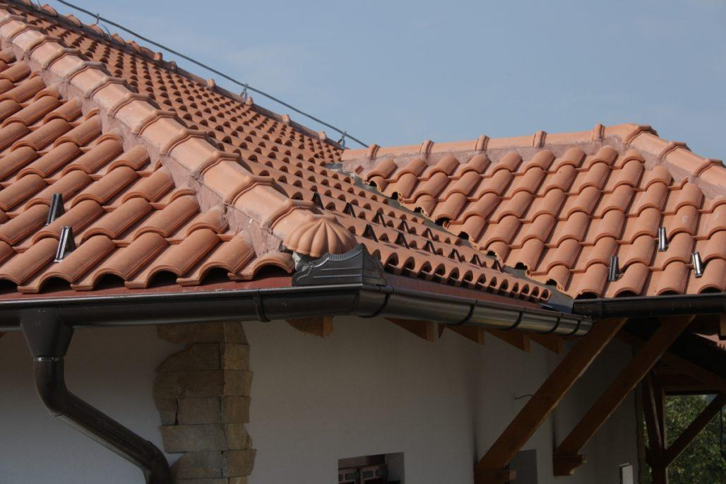 Один из вариантов для крытые крыши из глиняной и керамической черепицы.