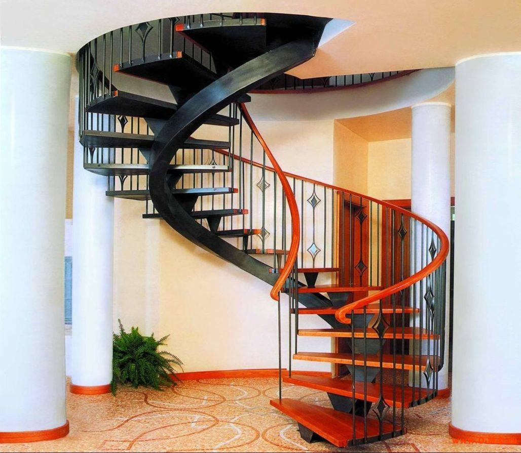 На фото показана винтовая лестница
