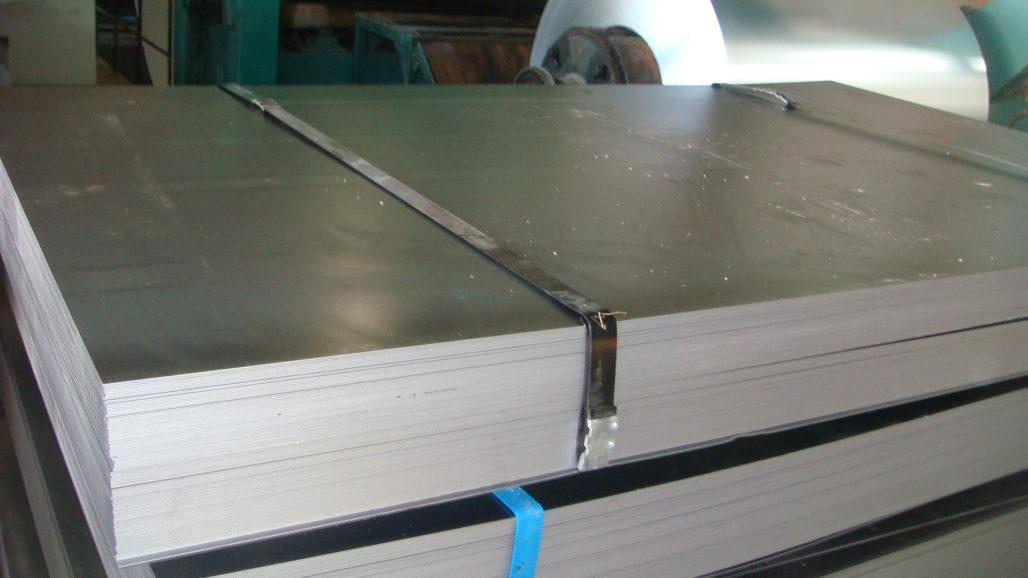 На фото показаны стальные листы.