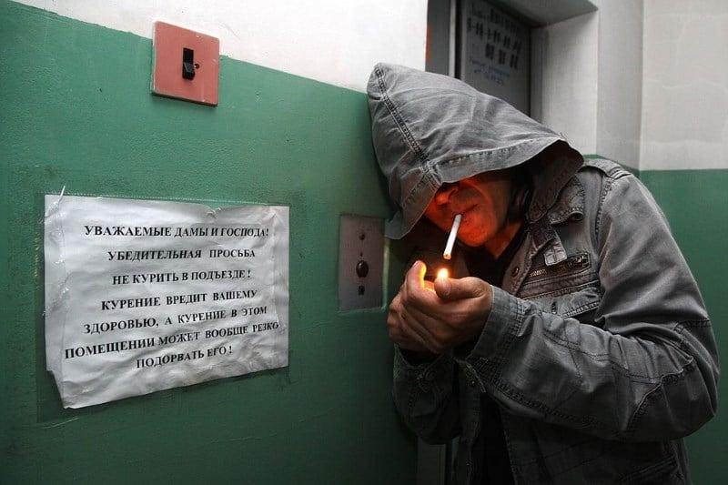 Курение в подъезде.