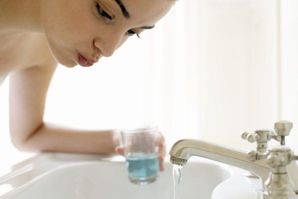 ополаскивание рта после чистки зубов.