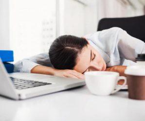 Врачи сообщили что даже кратковременный сон в обеденный перерыв очень полезен.