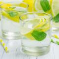 9 полезных свойств теплой воды с лимоном.