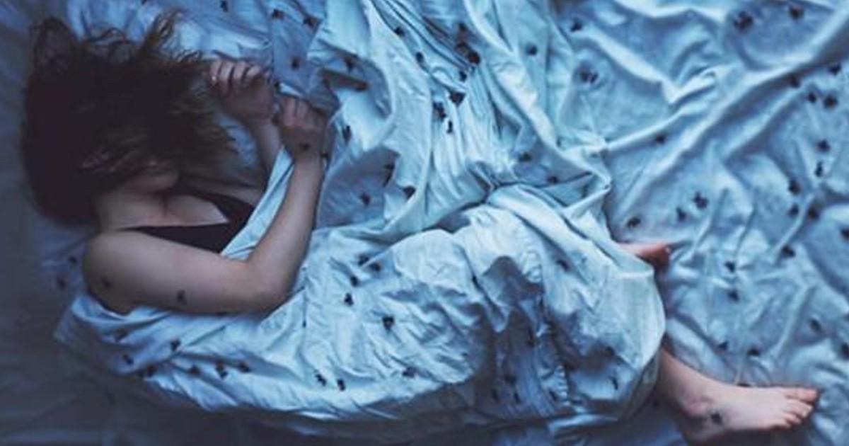 Человек дергается во сне