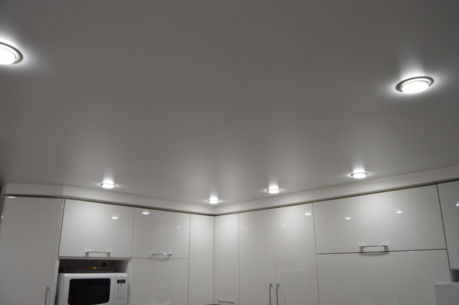 натяжной потолок с матово поверхностью