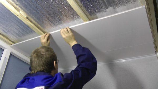 Монтаж потолка из ПВХ-панелей