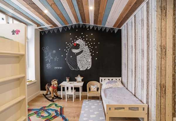 Натяжной потолок в доме из бруса могут создаваться из различных материалов. Наиболее распространена ткань, которая создает однородное покрытие.