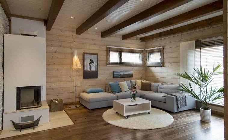 Чаще всего потолок из имитации бруса в деревянном доме делают для снижения финансовых затрат