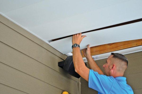 ПВХ панель на деревянный потолок
