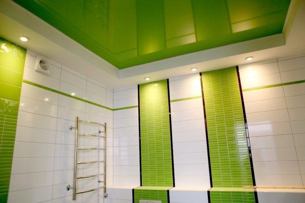Варианты оформления потолка в ванной