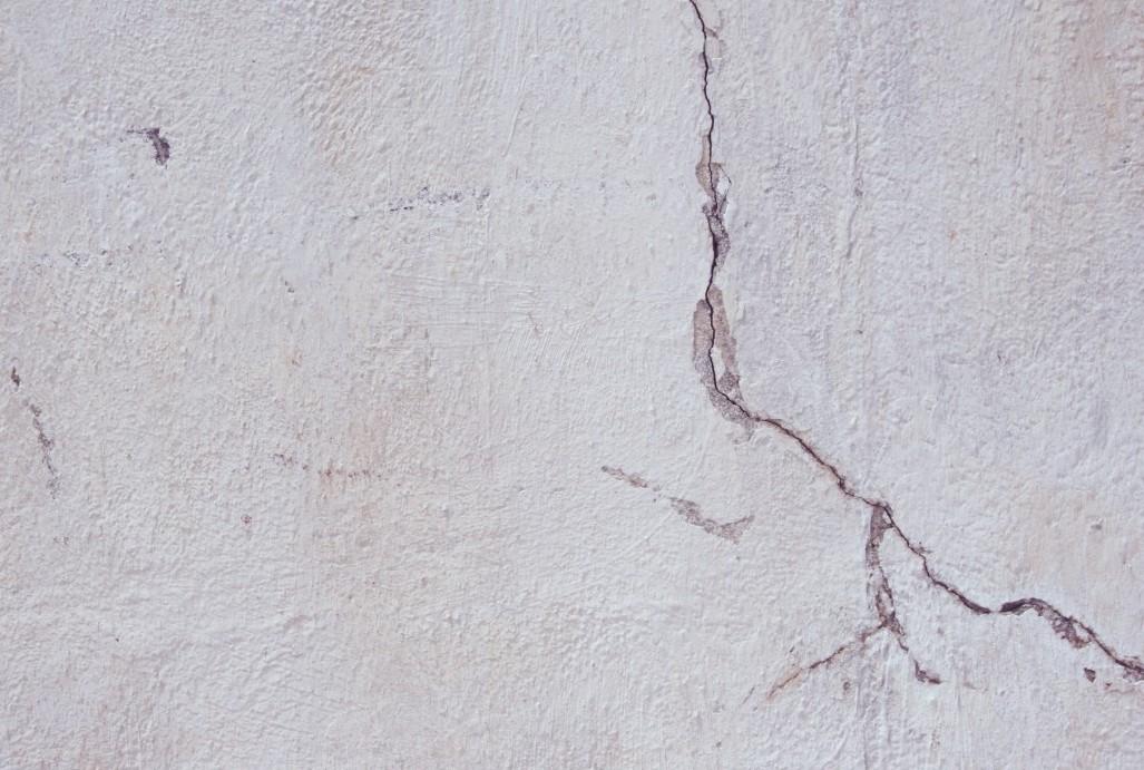 Трещина на штукатурке стены