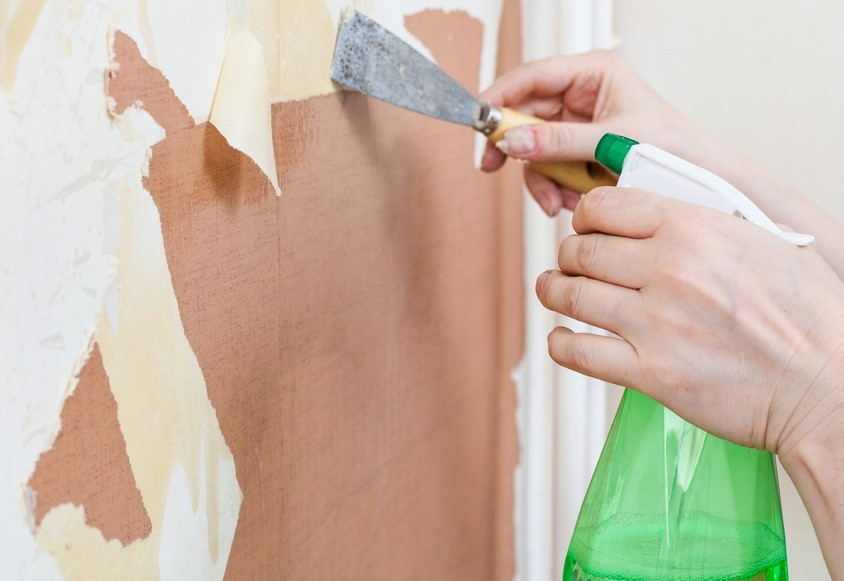 Удаления обоев со стен специальной жидкостью