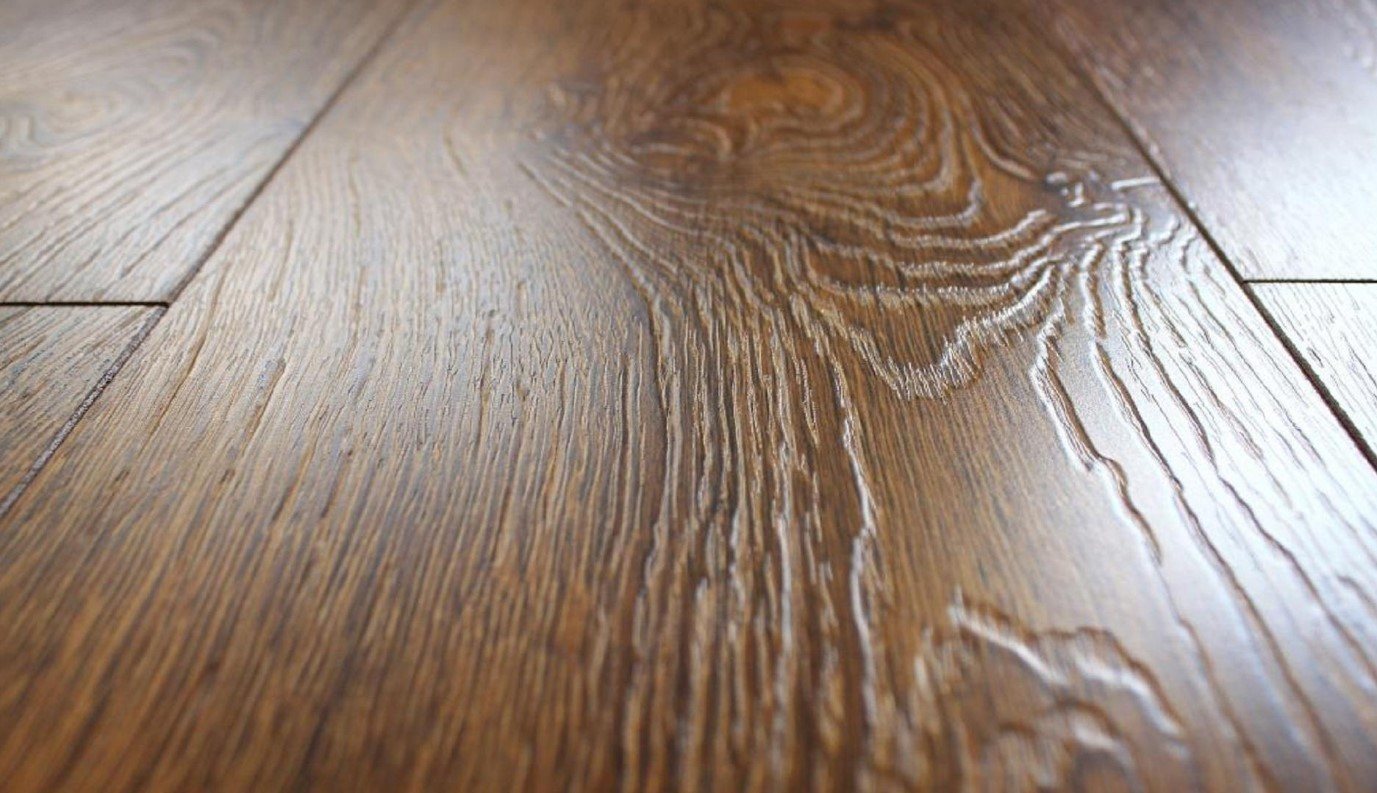 Текстурная и рельефная поверхность на ламинированном напольном покрытии