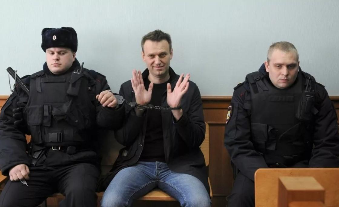 В наручниках находиться Алексей Навальный