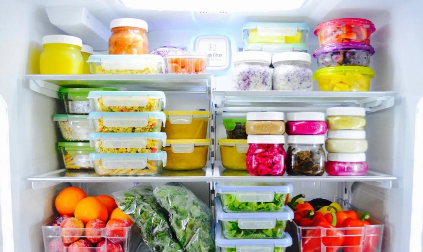 Правильно разложенные продукты в электрохолодильнике