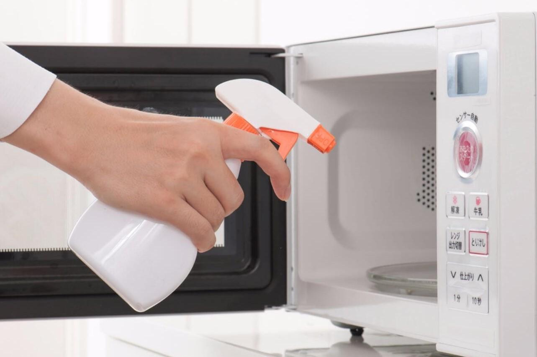 почистить микроволновку средством для очищения стекол