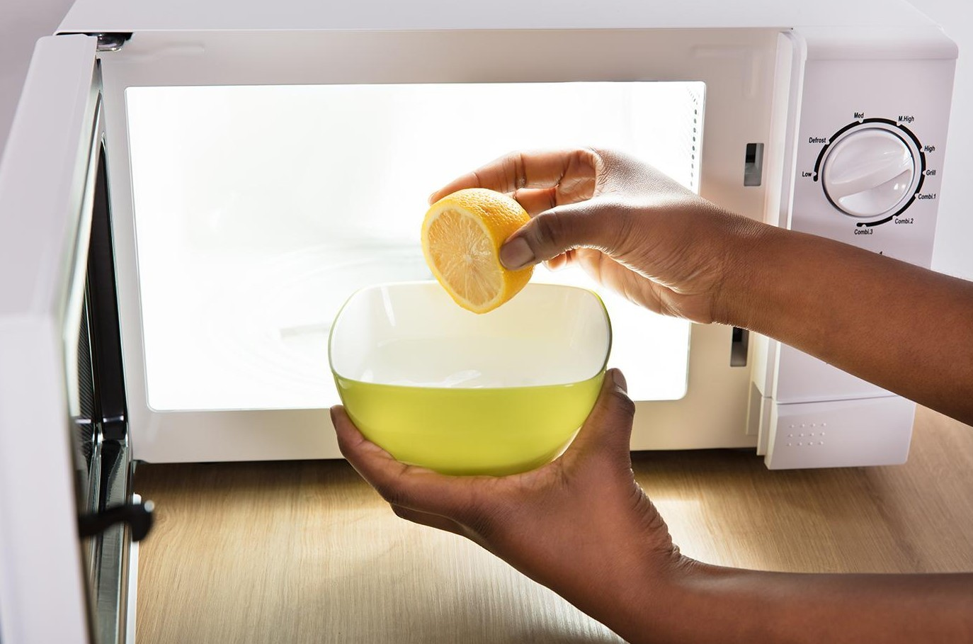 Чистка микроволновки лимонным соком