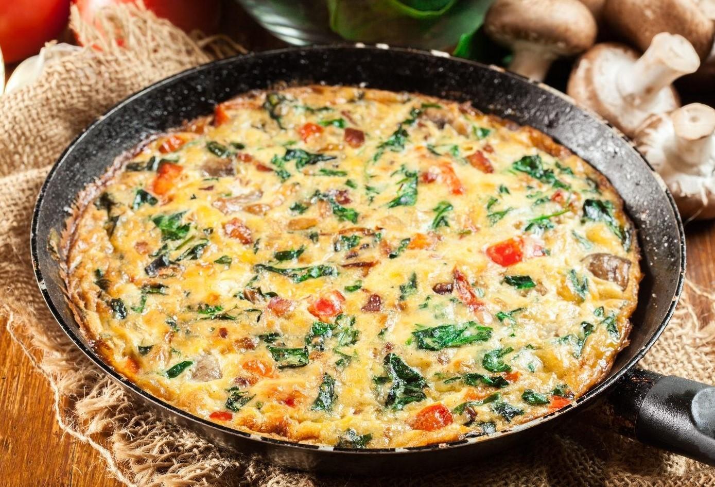 Яичница с овощами и сыром
