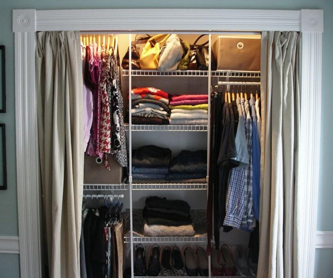 Импровизированный шкаф-купе из полок со шторами